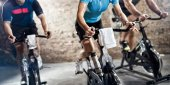 Fotografie sports clothing people riding exercise bikes