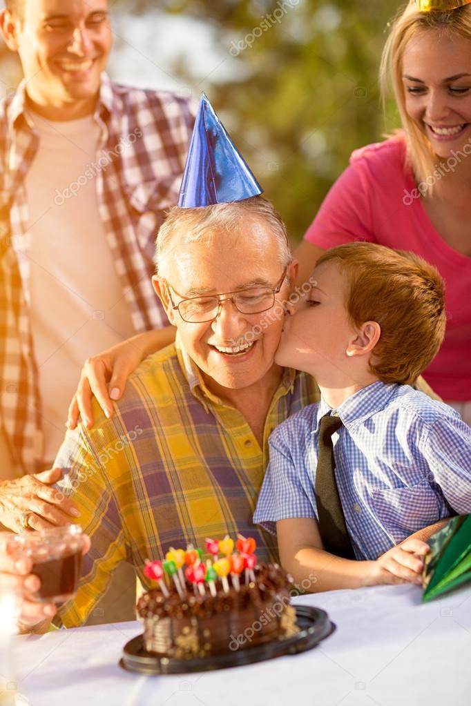 nonno e nipote festeggia il compleanno — Foto Stock