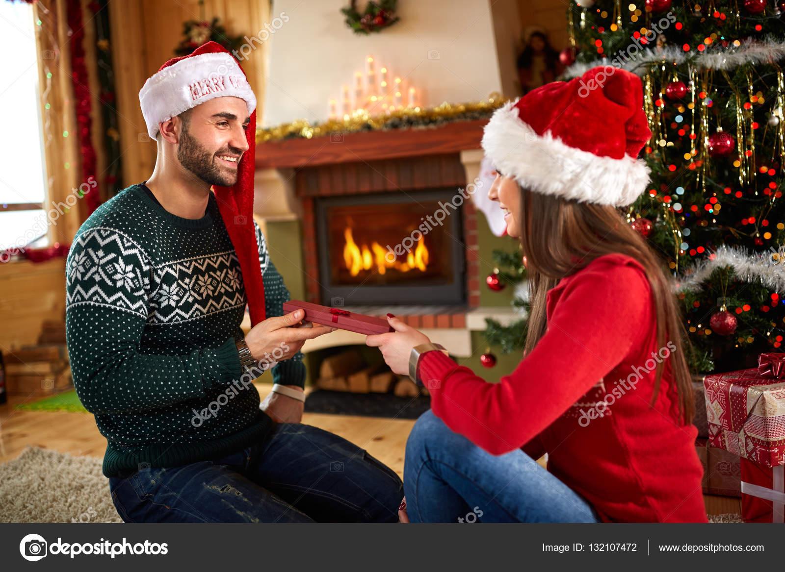 Mädchen gibt Weihnachtsgeschenk für Freund — Stockfoto ...
