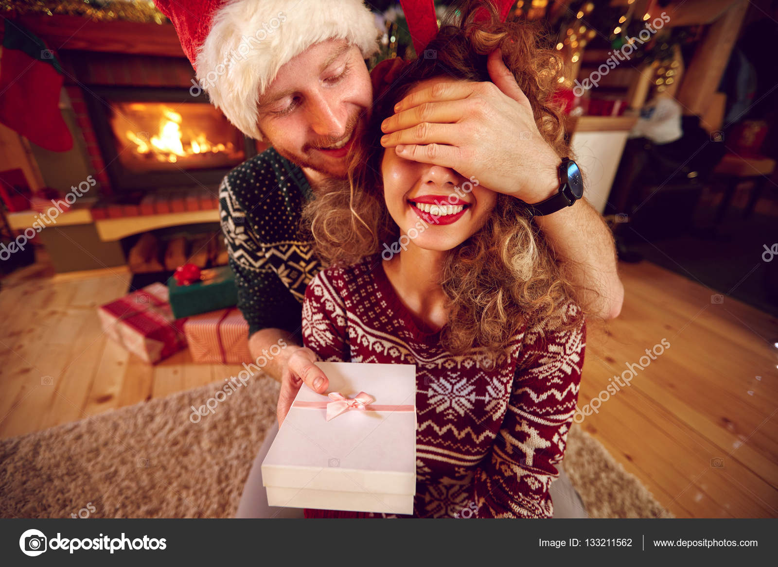 Überraschen Sie mit Weihnachtsgeschenk — Stockfoto © luckybusiness ...