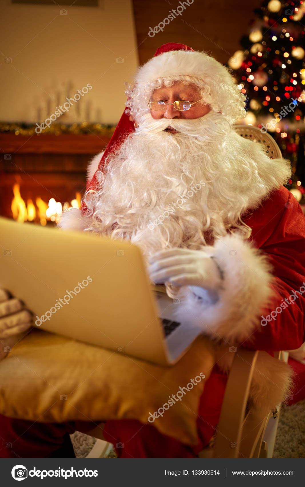 Natale Reale.Babbo Natale Reale Usando Il Portatile Per Comunicare Con I