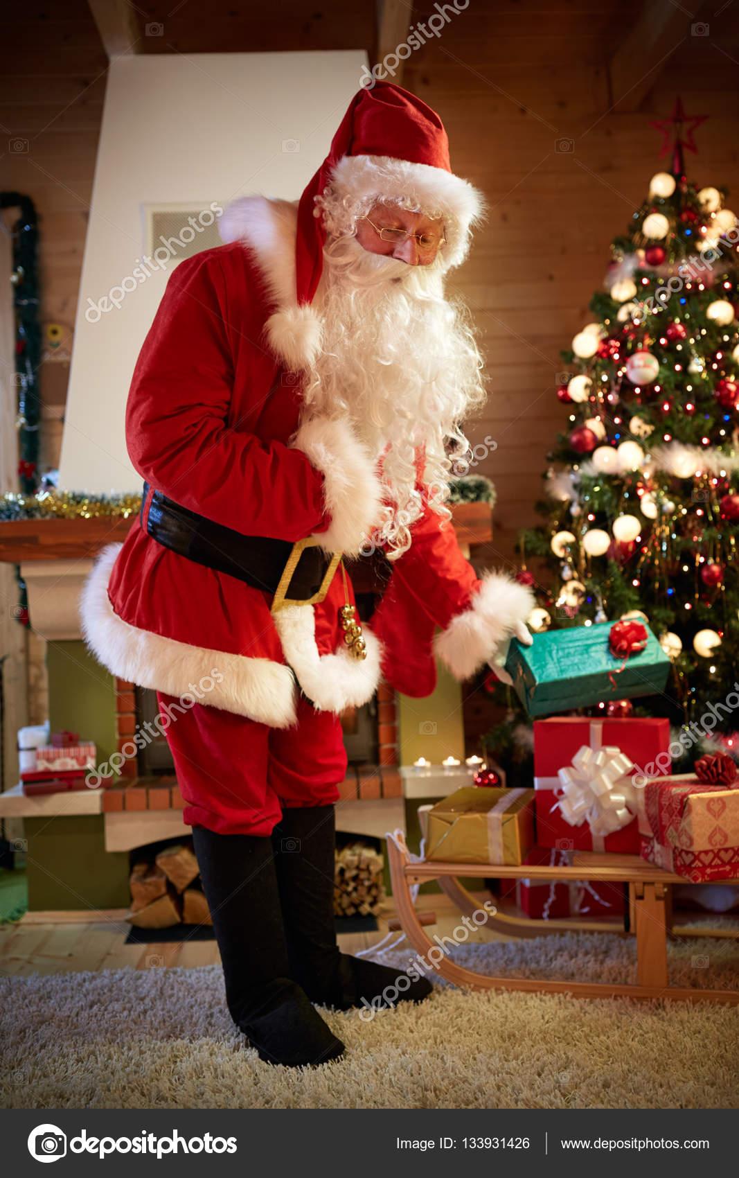 Weihnachten-Vater bringt Weihnachtsgeschenke — Stockfoto ...