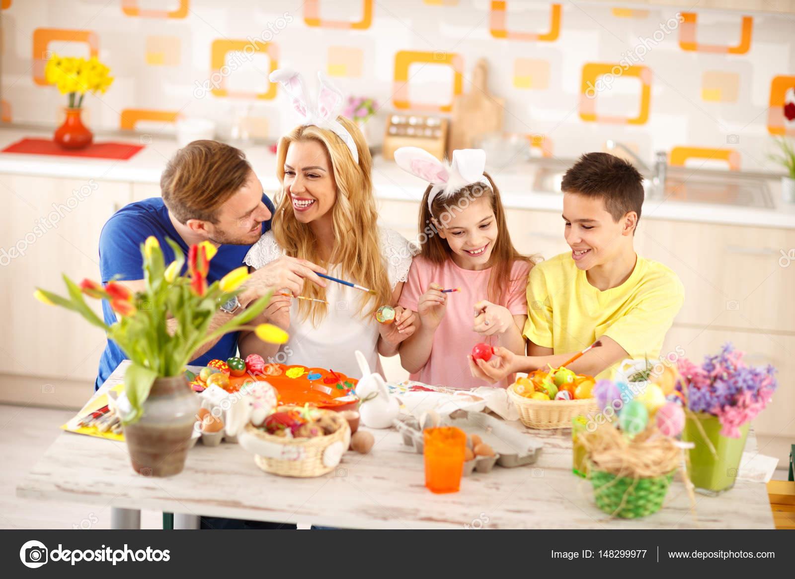 Familia Junto Para Colorear Huevos De Pascua Fotos De Stock