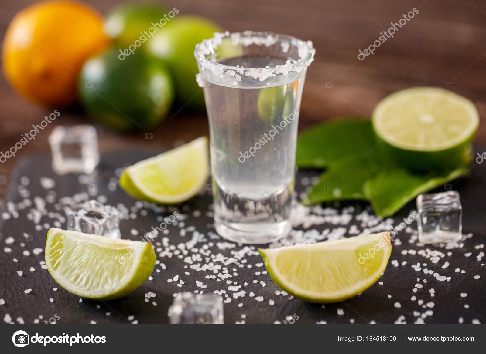 Mexikanische Tequila in Kurze Scheiben mit Salz, Limetten und Eis ...