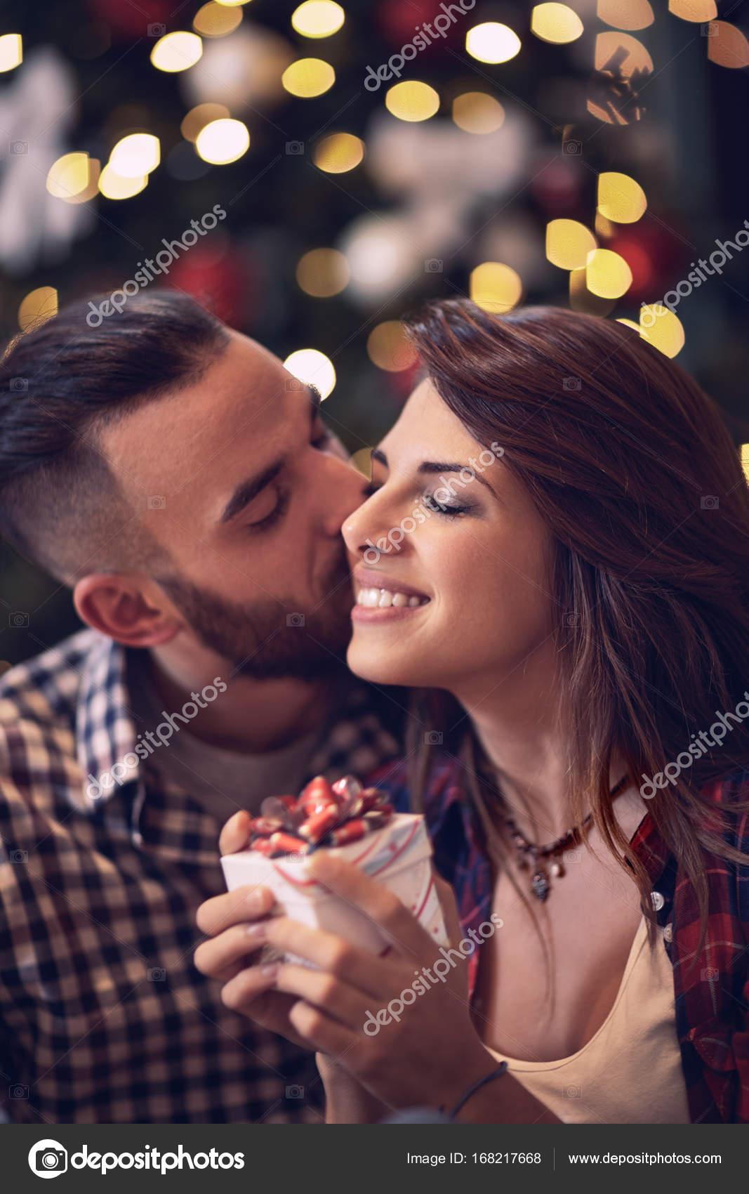 Frauen genießen Sie im Kuss und Geschenk für Weihnachten — Stockfoto ...