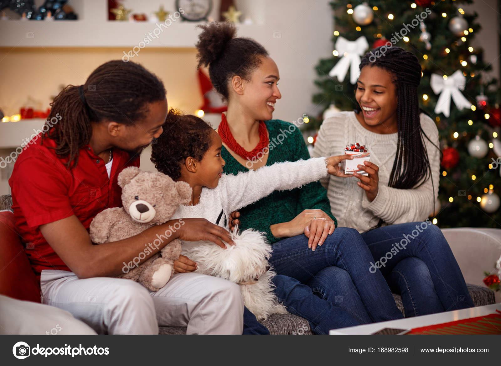 Kind gibt Weihnachtsgeschenk für ihre Schwester — Stockfoto ...