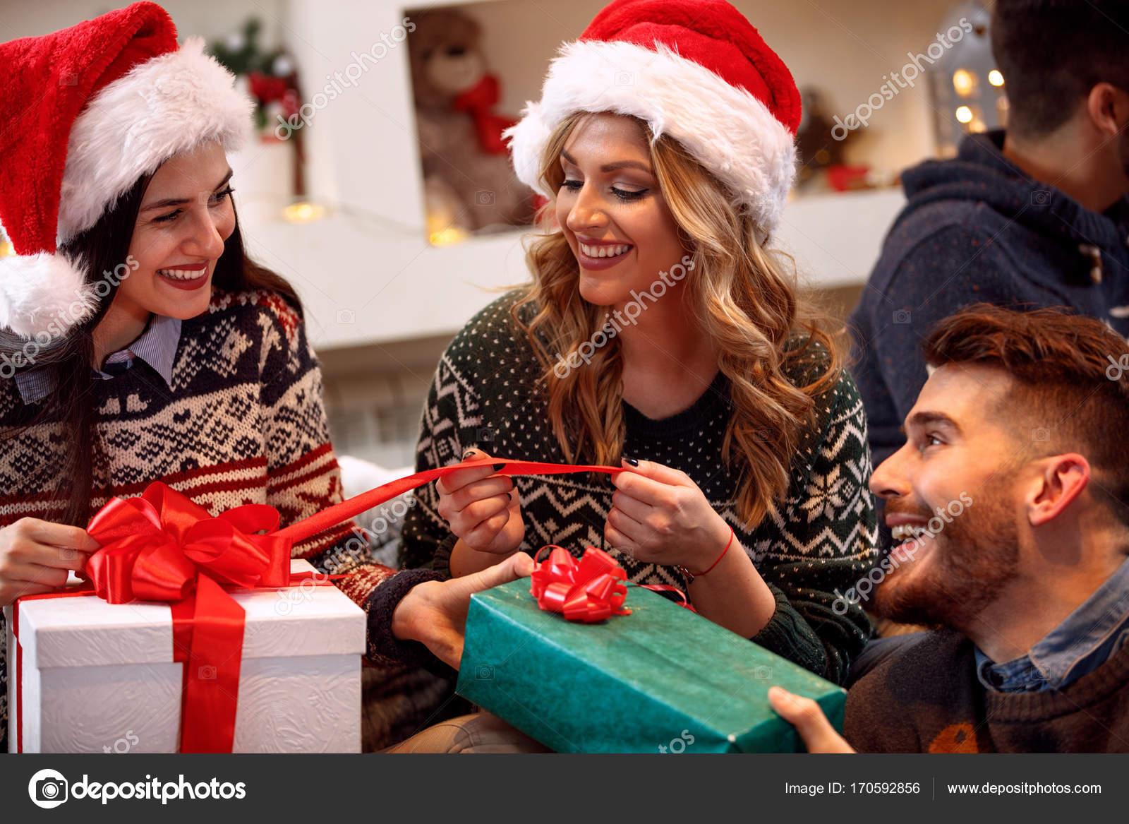 Amici lo scambio di regali alla vigilia di natale foto for Regali per amici
