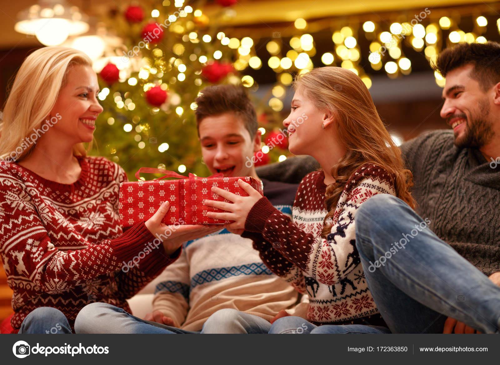 M re en donnant sa fille excit e cadeau de no l - Photo de mere noel a telecharger ...