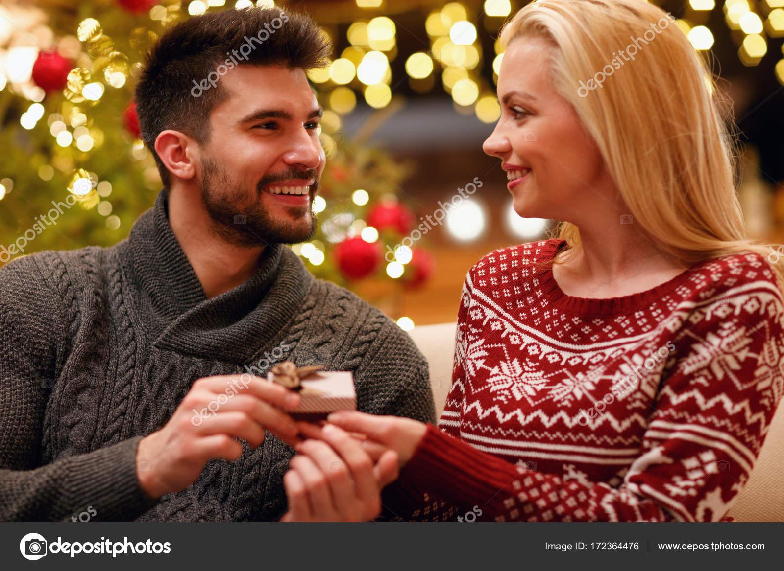 romantischen Mann Überraschung Frau mit Geschenk für Weihnachten ...