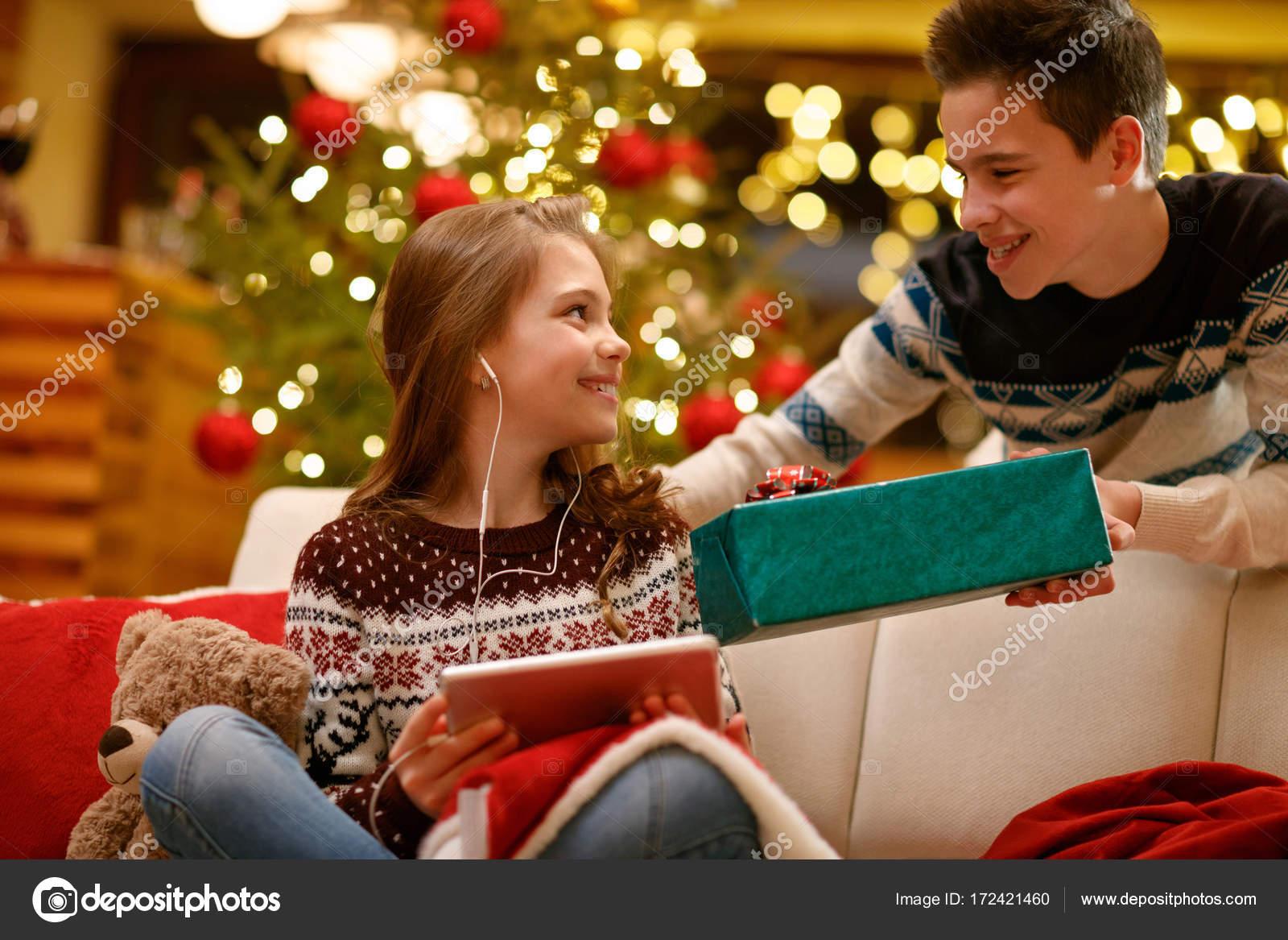 Bruder seine Schwester Weihnachtsgeschenk im Feld erteilen ...