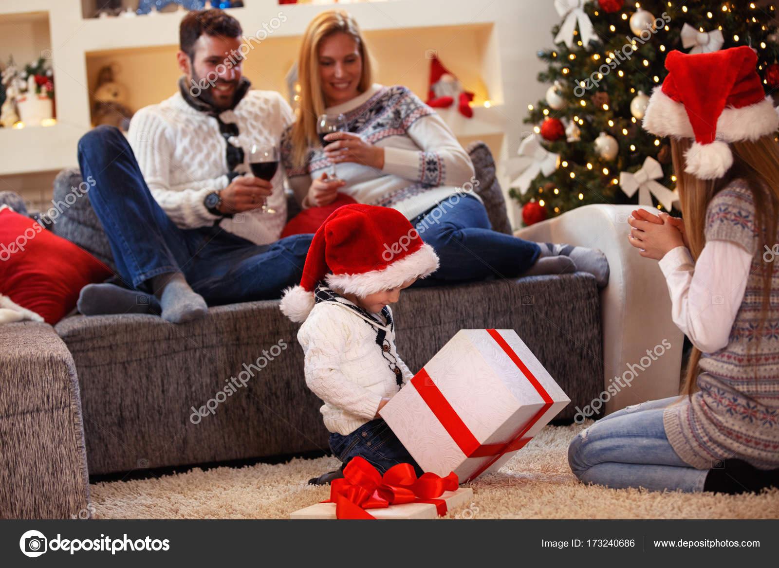 Weihnachtsgeschenk - präsentieren Kinder öffnet mit Familie ...