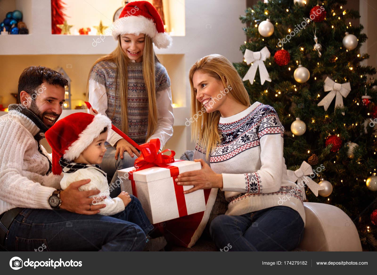 Ni o recibiendo el regalo de la navidad en caja grande de - Regalos navidad padres ...