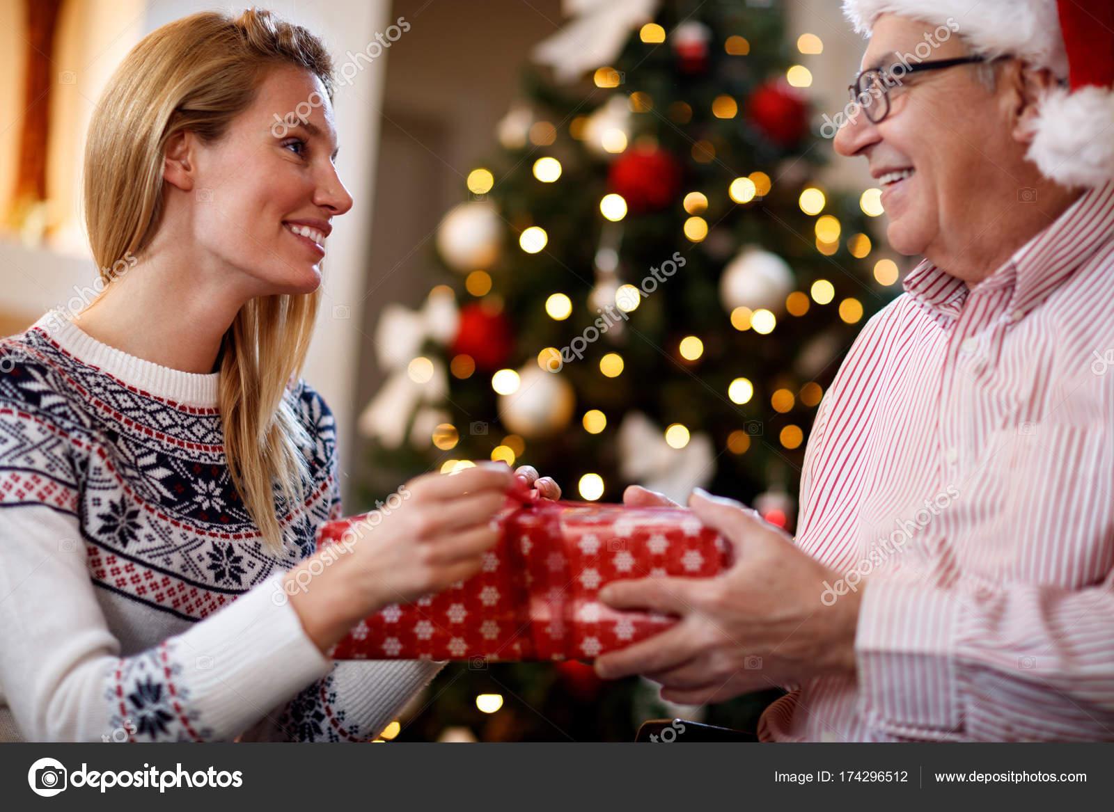 Frau, die Überraschung von den Eltern zu Weihnachten — Stockfoto ...
