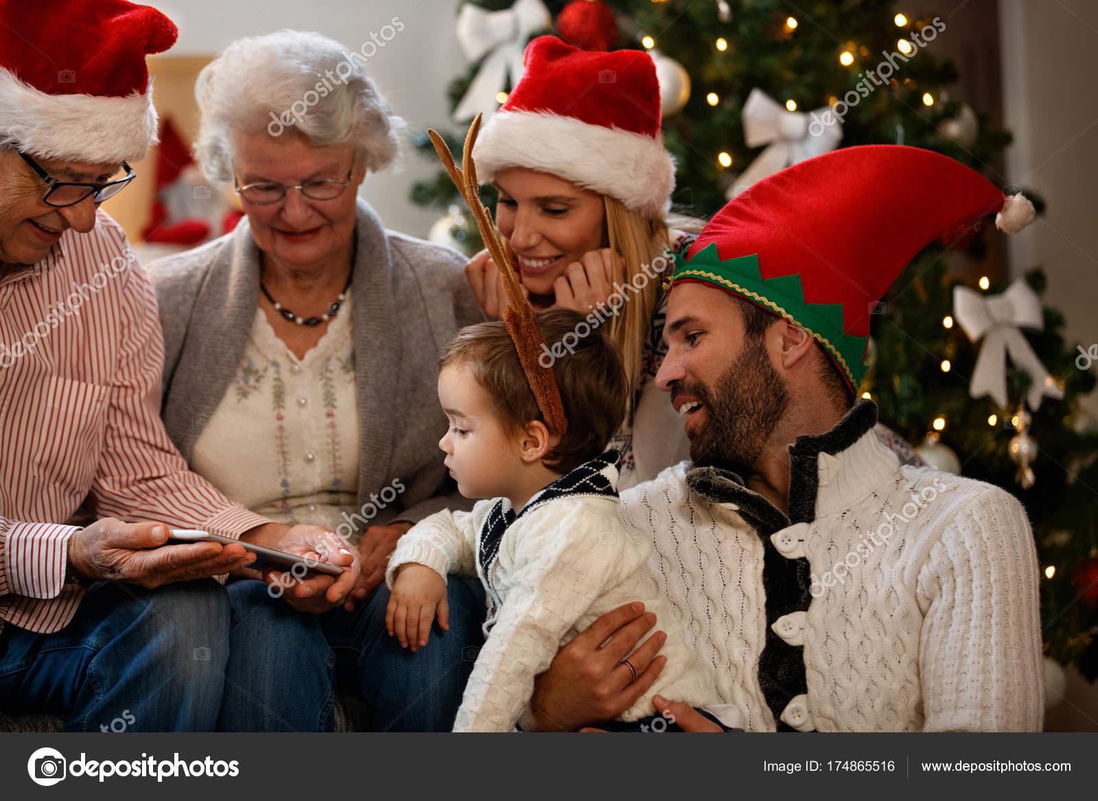 Weihnachtsbilder Suchen.Familie Sucht Weihnachtsbilder Auf Handy Stockfoto Luckybusiness