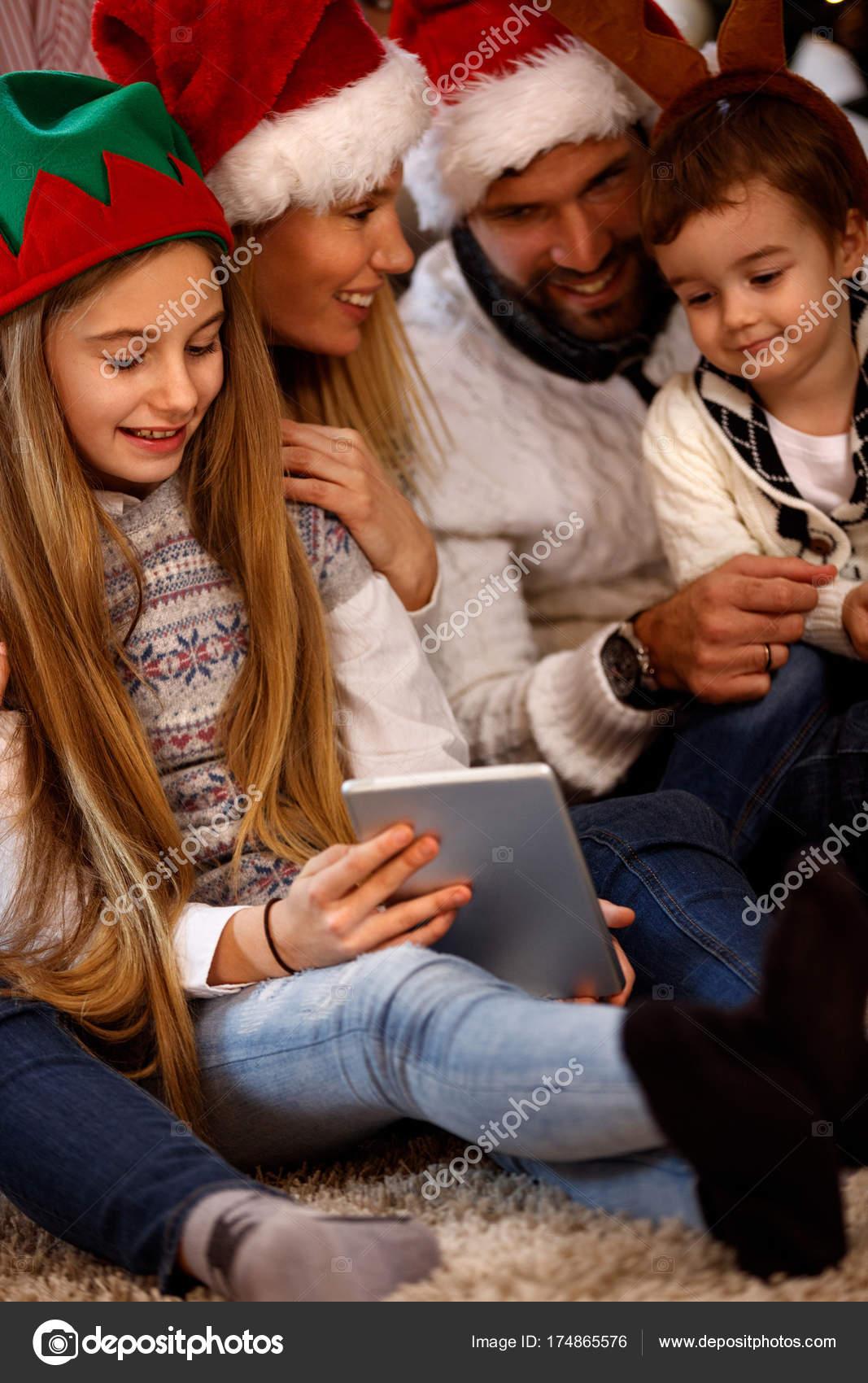 Weihnachtsbilder Suchen.Kinder Mit Eltern Suchen Weihnachtsbilder Stockfoto