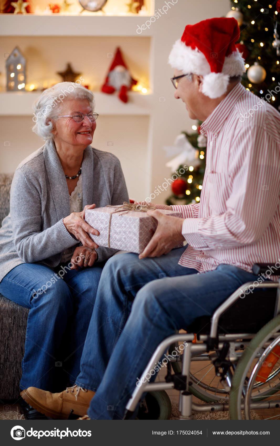 älteres Ehepaar teilen Weihnachtsgeschenk — Stockfoto ...