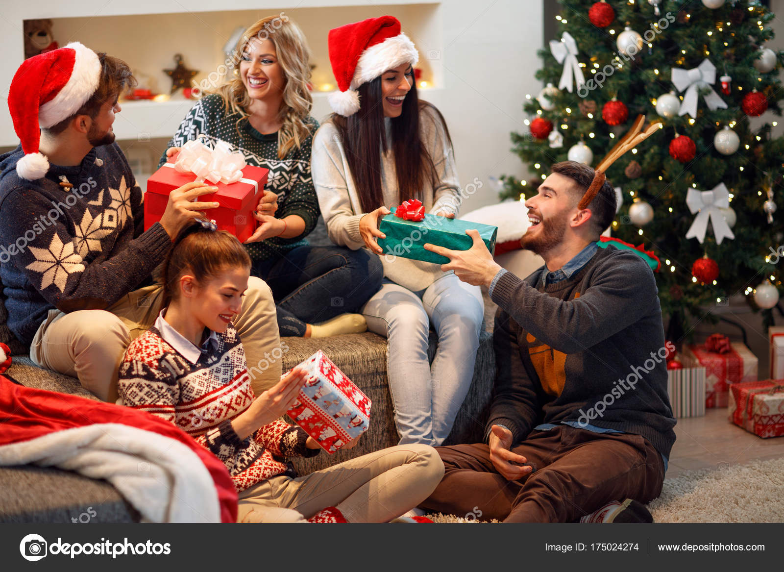 Freunde lachen und teilen Weihnachtsgeschenk — Stockfoto ...