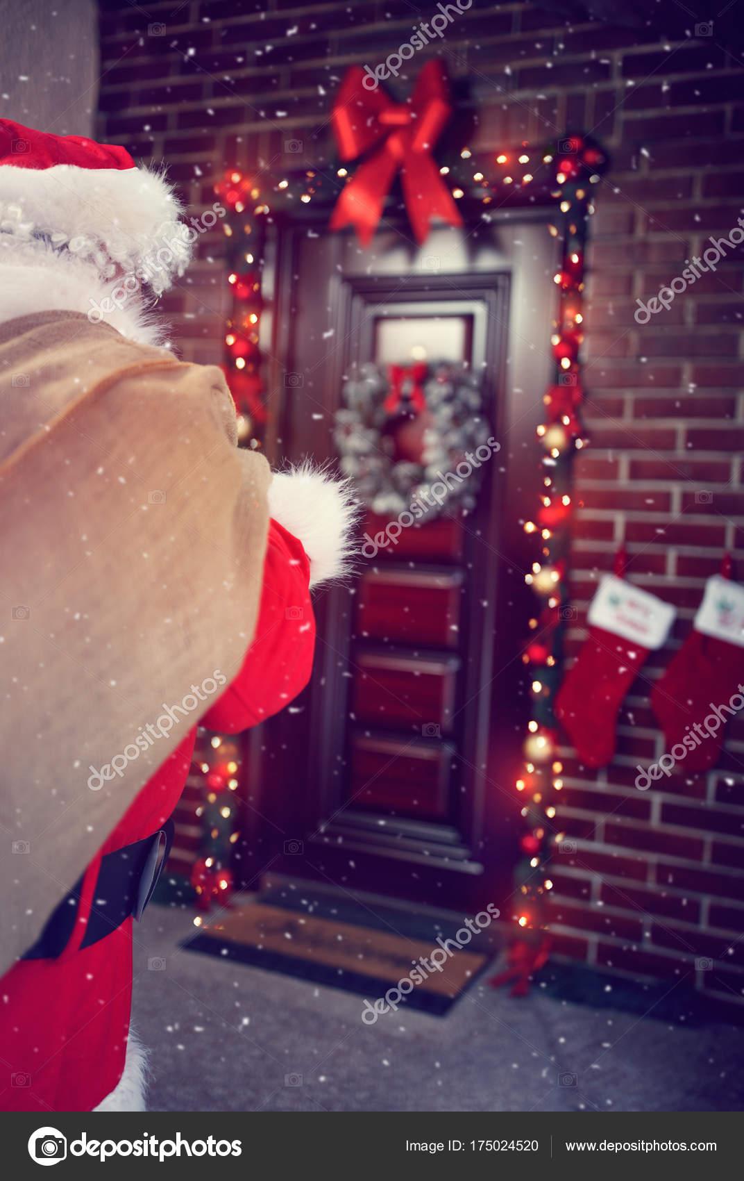 Babbo Natale In Casa.Arrivo Di Babbo Natale In Casa Foto Stock C Luckybusiness 175024520