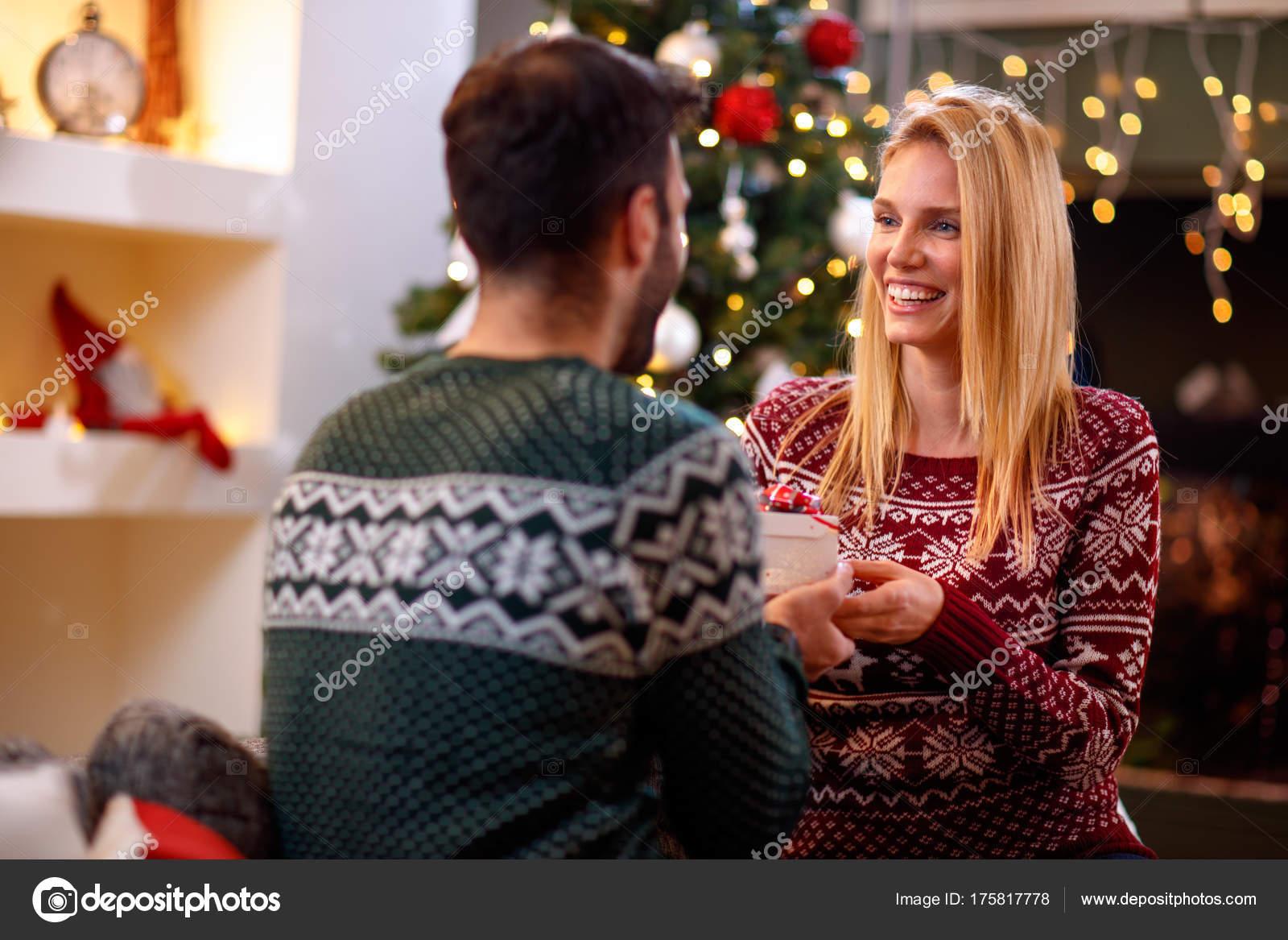 Weihnachten, Feiertage und Menschen Konzept - schönes Paar mit ...