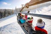 Zadní pohled na lyžaře lyžařský vlek