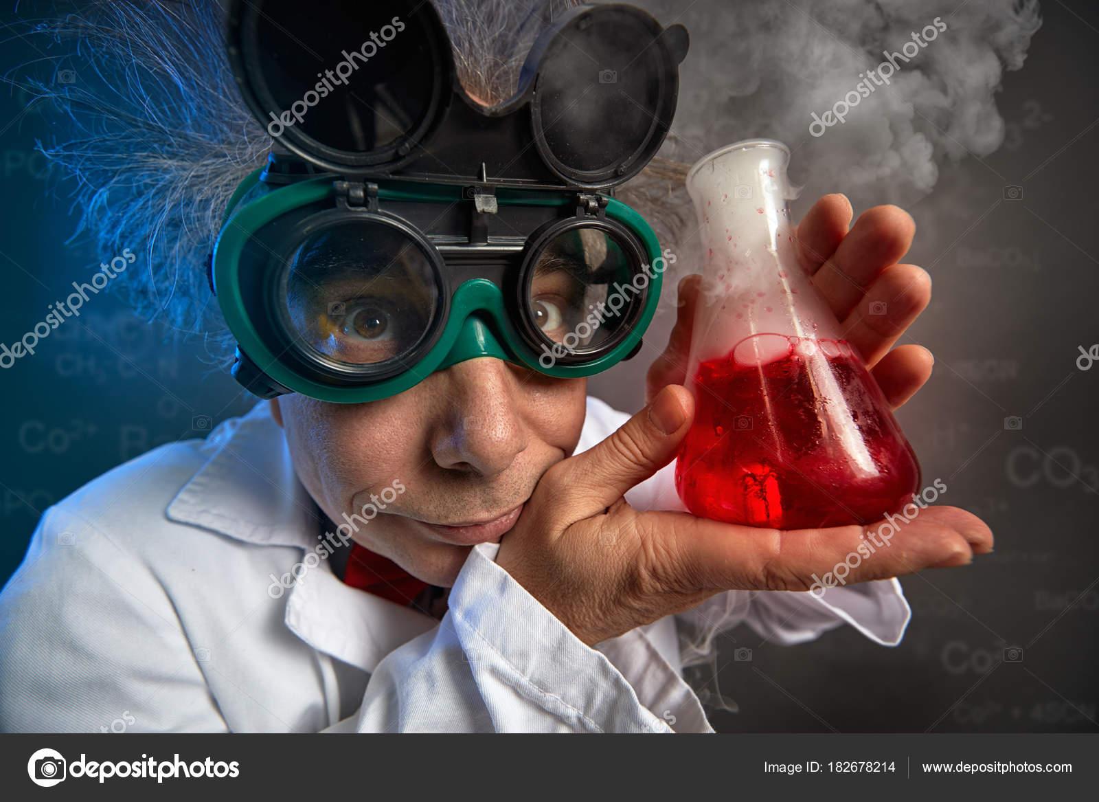 281fcf65e3 Αστεία καθηγητής με προστατευτικά γυαλιά και δοκιμαστικό σωλήνα — Εικόνα  από ...