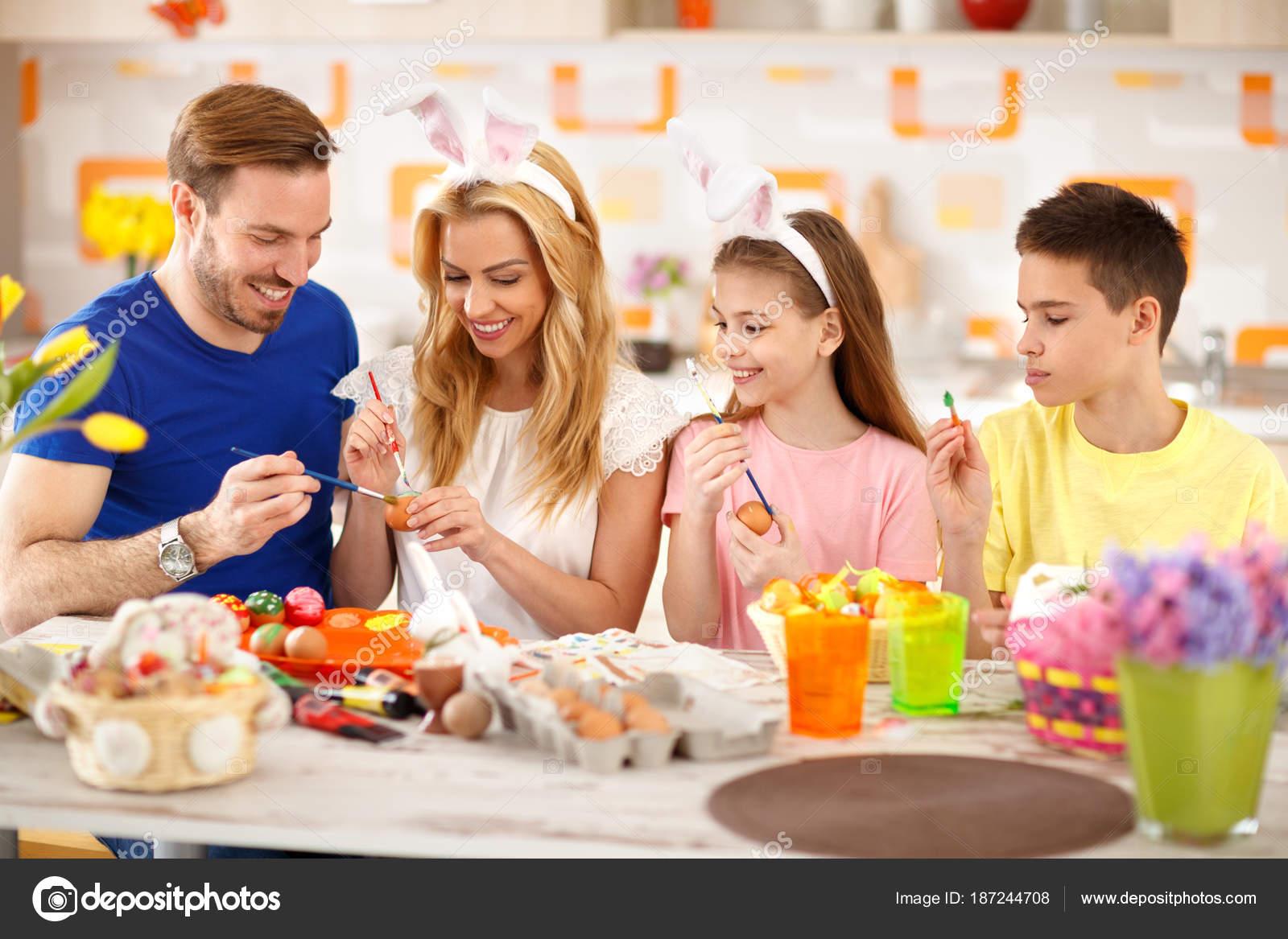 Familia Junto Para Colorear Huevos Pascua Fotos De Stock