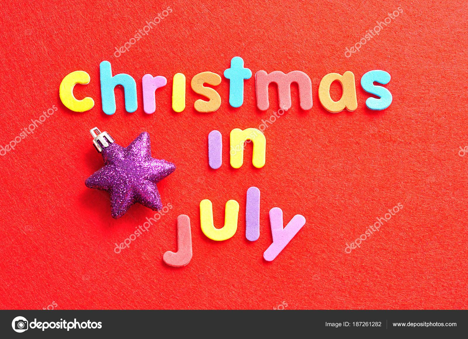 Die Worte zu Weihnachten im Juli in bunten Buchstaben auf einem ...