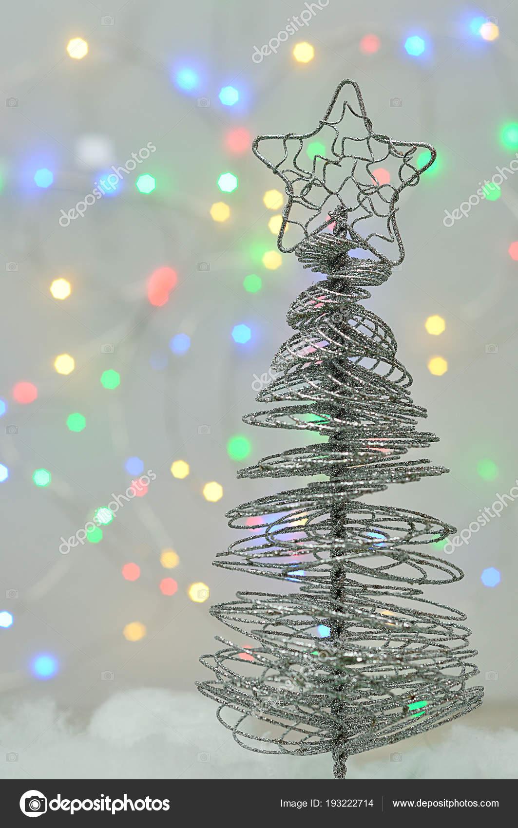 Weihnachtsbaum Draht ein weihnachtsbaum aus draht gegen ein außerhalb des fokus hellen