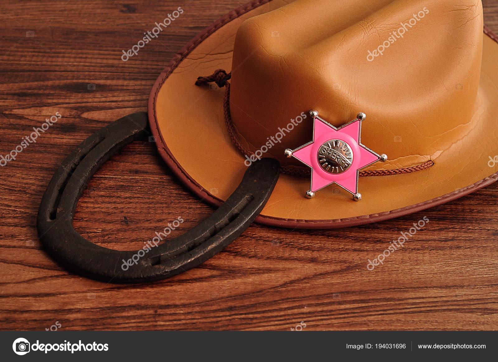Odznak šerifa s hnědá kovbojský klobouk a boty koně– stock obrázky cfcb18243f