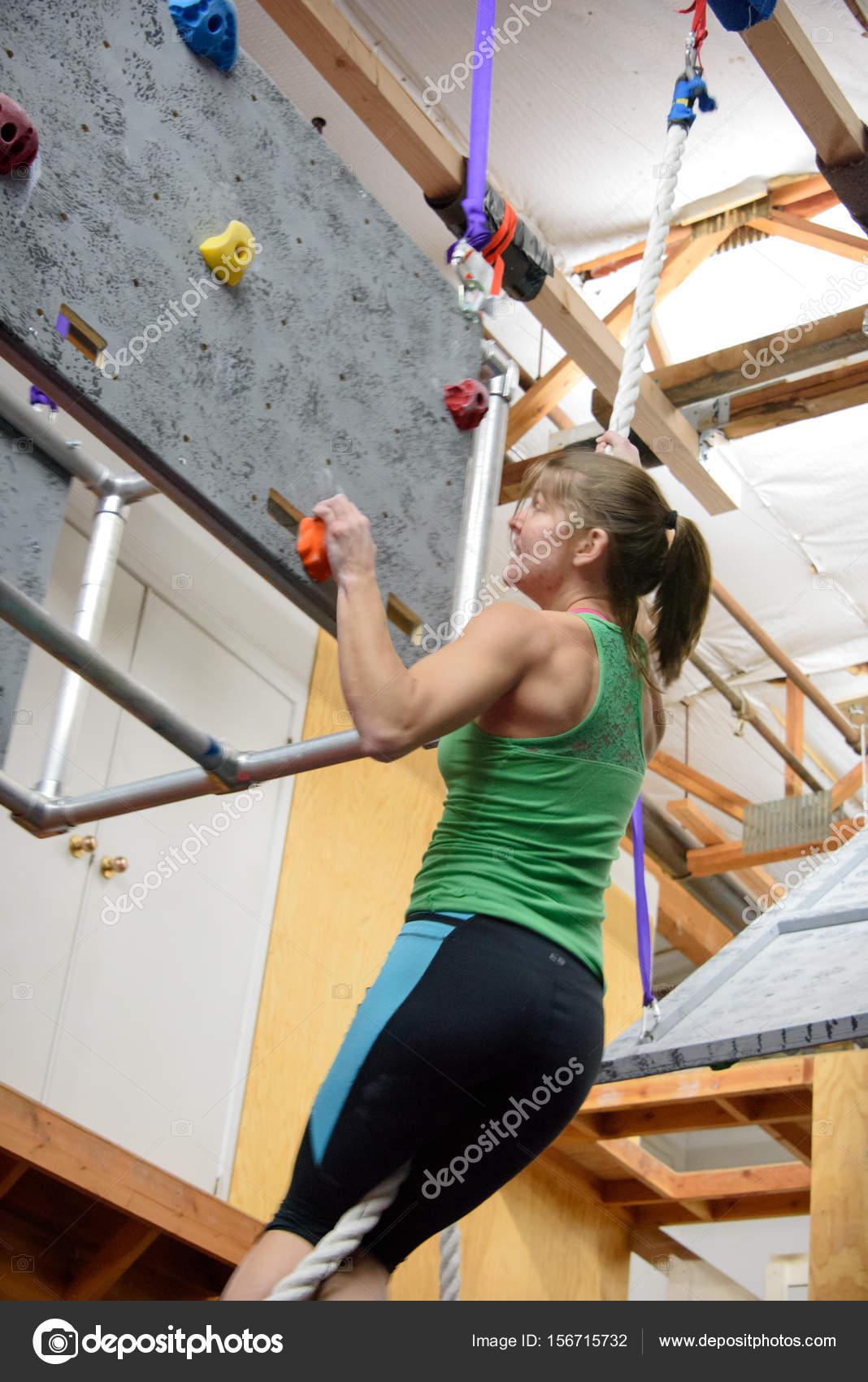 fuertes los músculos de brazo y hombro siendo utilizados por un ...
