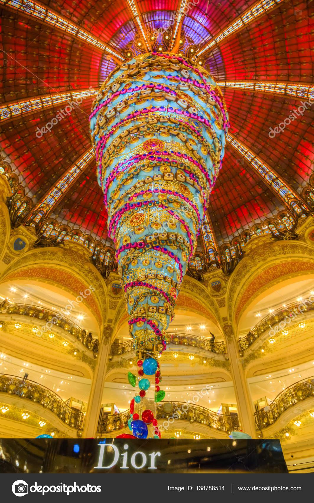 ea8005ee240c Париж, Франция - 21 декабря 2014 года  Верхняя часть стенда Dior и красивые  украшенные рождественские украшения в галереях Лафайет в Paris.