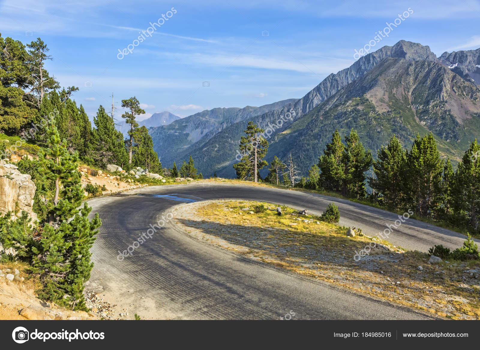 c92d55d5917 Vlásenka křivky na scénické silnici — Stock Fotografie © razvanphoto ...