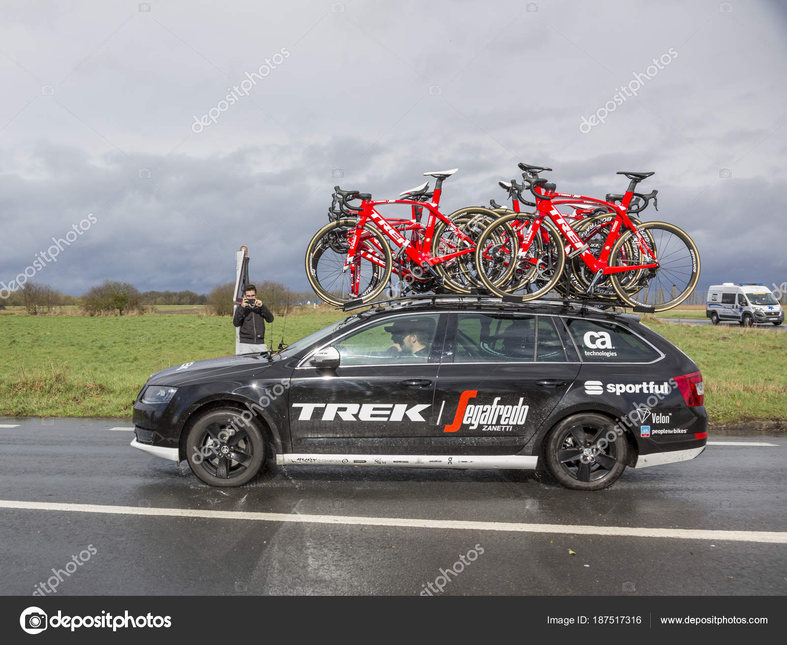 Das Auto des Team Trek Segafredo - Paris-Nizza 2017 — Redaktionelles ...