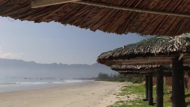 Terrasse bei Sonnenuntergang am tropischen Strand