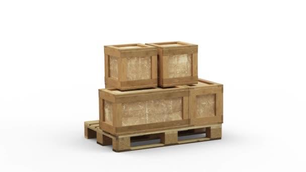 Megfordulni egy részben megrakott, különböző méretű szállítódobozzal ellátott fa raklapon, fehér alapon