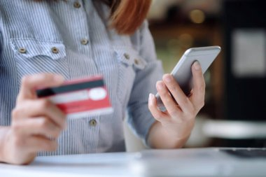 Customer shopping online pay by credit card.