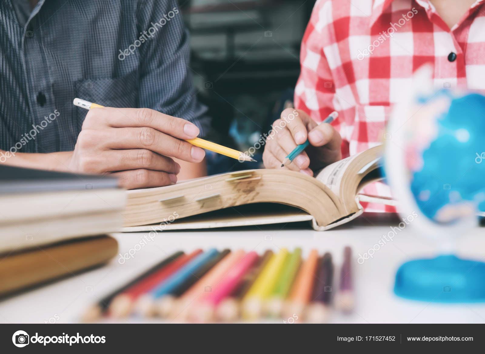 Imágenes Jovenes Estudiando Para Pintar Joven Mujer Y Hombre