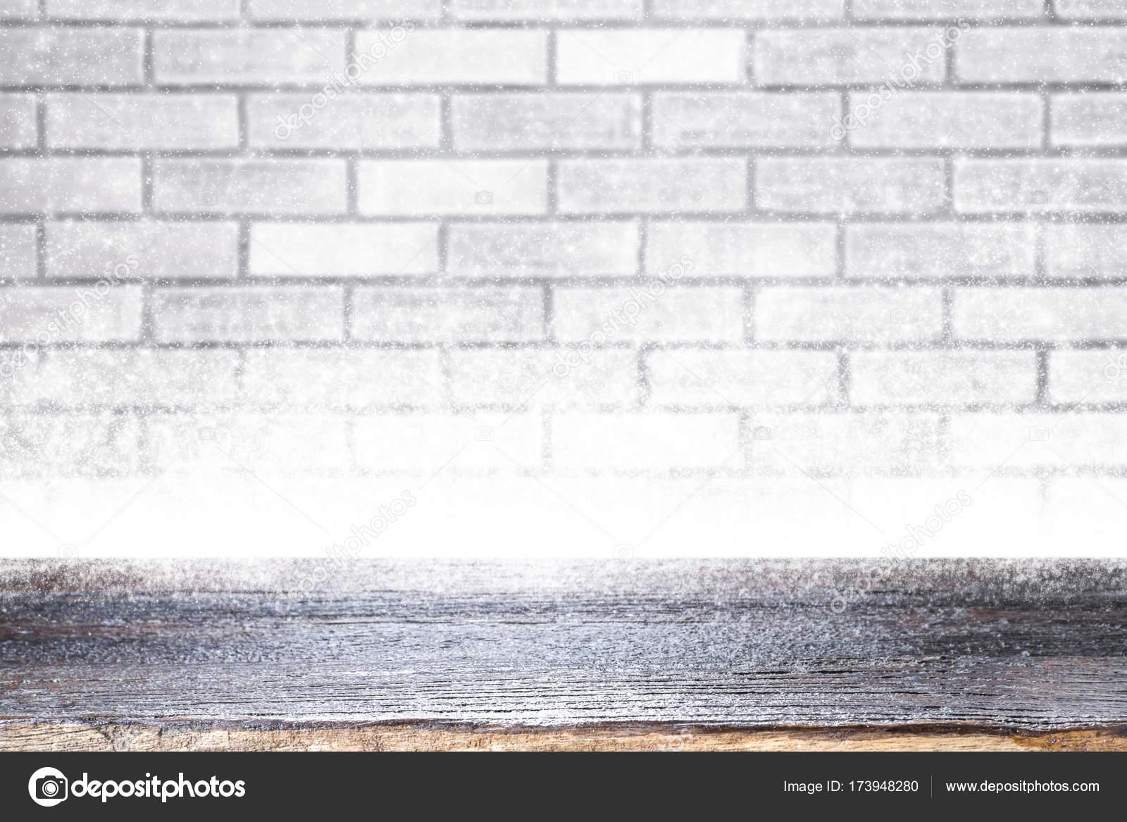 Table en bois sur fond de hiver noël blanc mur et neige