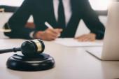 právník nebo soudce práce v kanceláři.