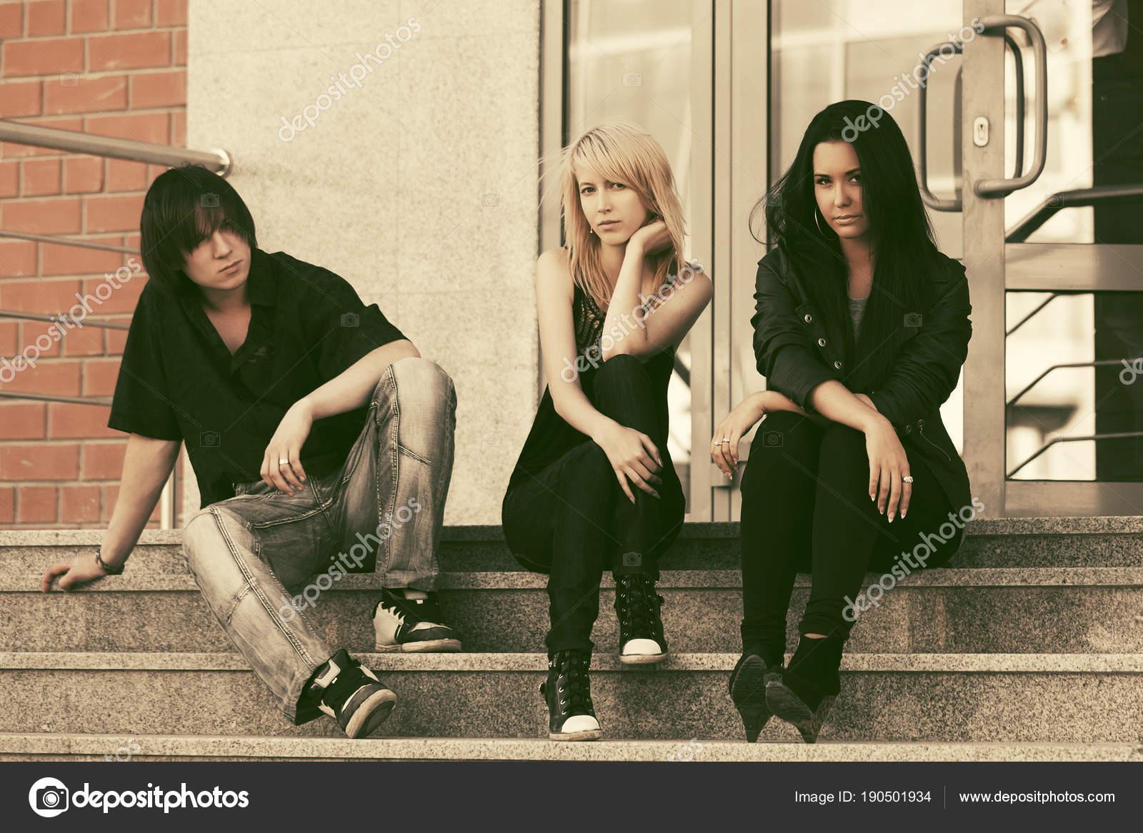 27cb3e41871e Móda pro mladé muže a ženy sedí na schodech — Stock Fotografie ...
