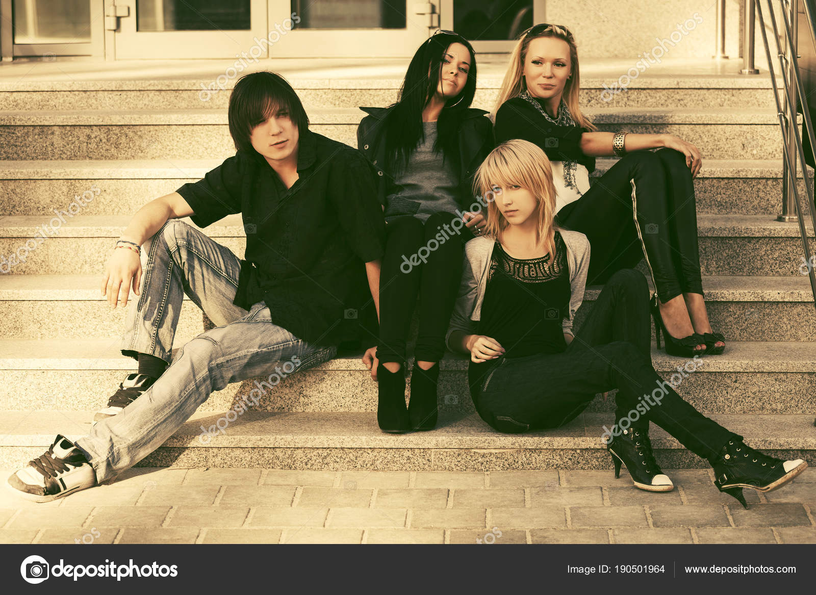 9fe77b1a448 Mladá móda muži a ženy sedí na schodech stylové módní mužské a ženské  modely venkovní — Fotografie od ...