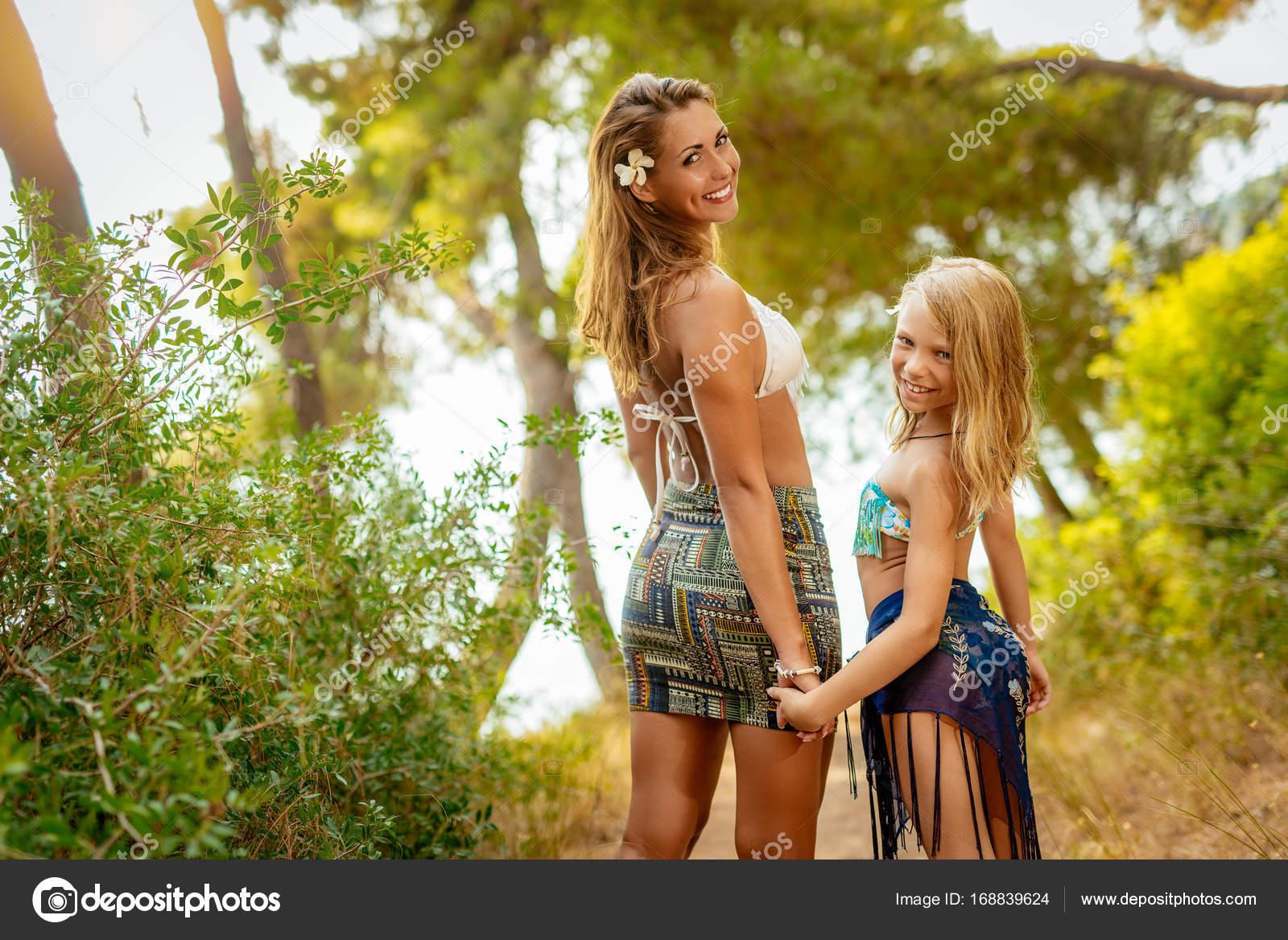 Mutter und Tochter genießen Sommerurlaub — Stockfoto