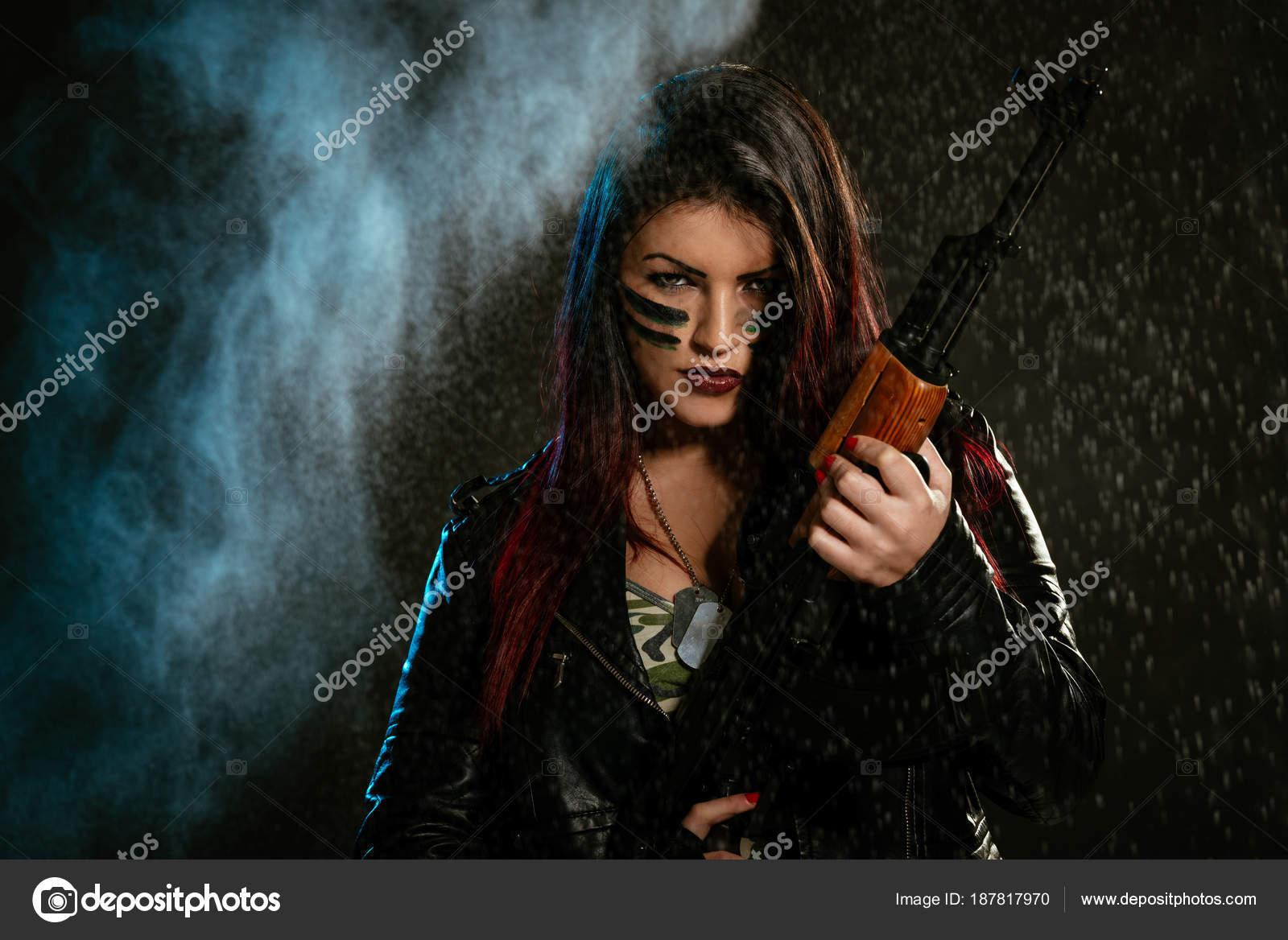 Jeune Femme Militaire Attrayante Avec Peinture Visage Dans Peinture