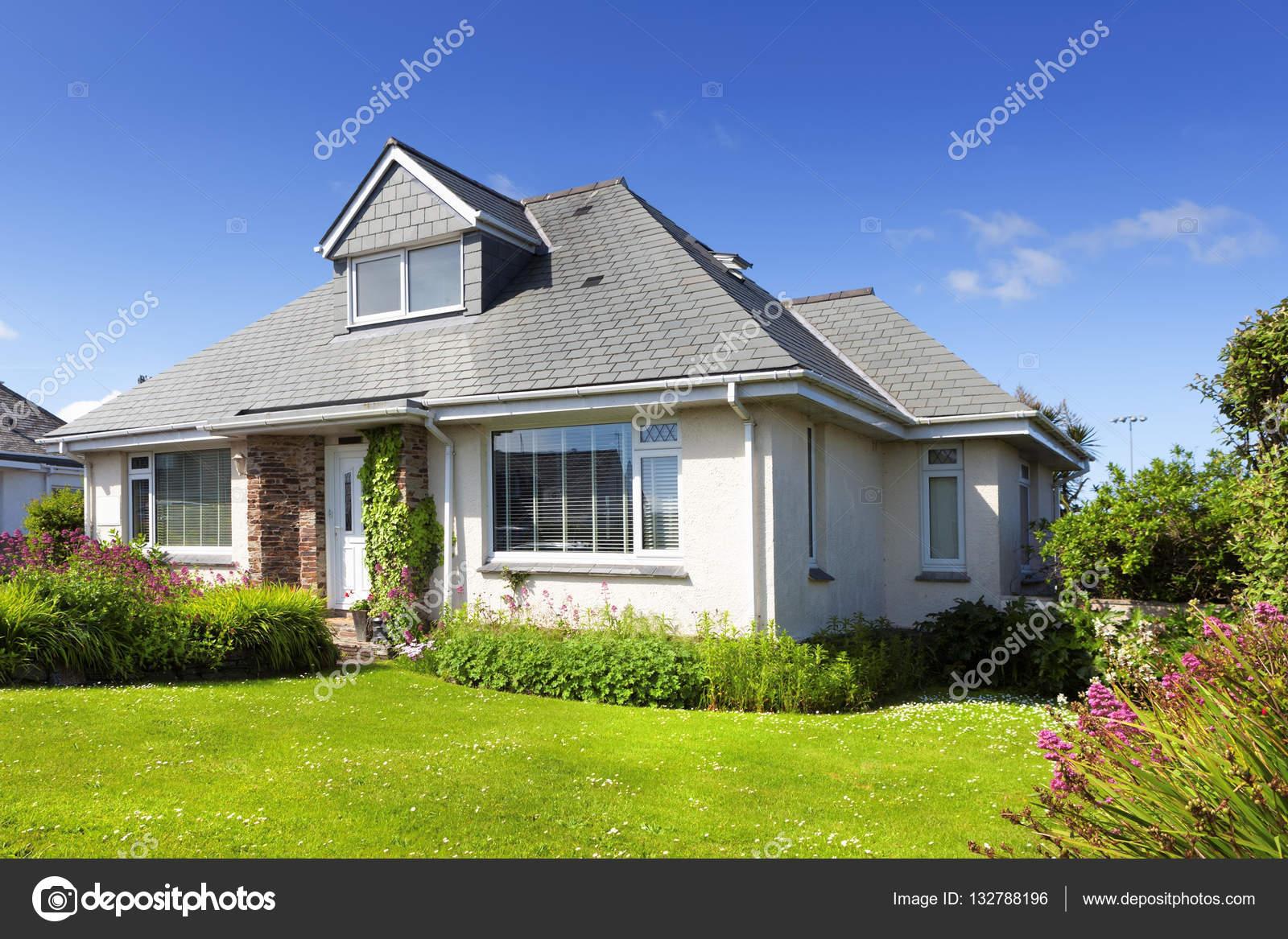 Traditionnel anglais maison individuelle avec jardin photo ditoriale 1327 - Ascenseur maison individuelle prix ...