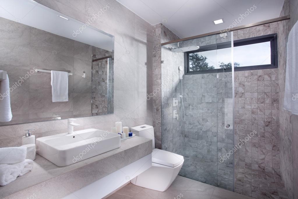 Blick auf schöne geflieste zeitgenössische moderne Toilette ...