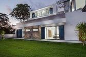 Fotografie Blick auf schöne moderne Villa in der Dämmerung