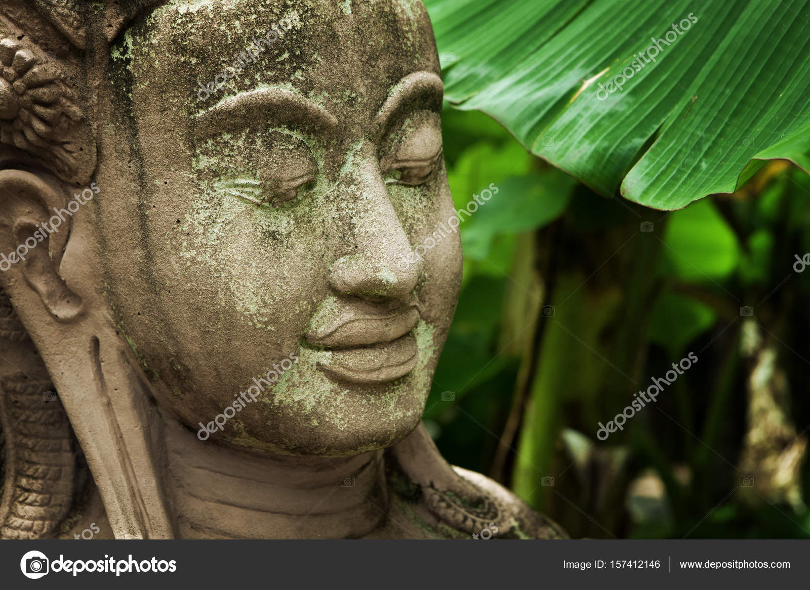 Boeddha Beeld Beton.Close Up Van Oude Betonnen Boeddhabeeld Op Groene Rug Stockfoto