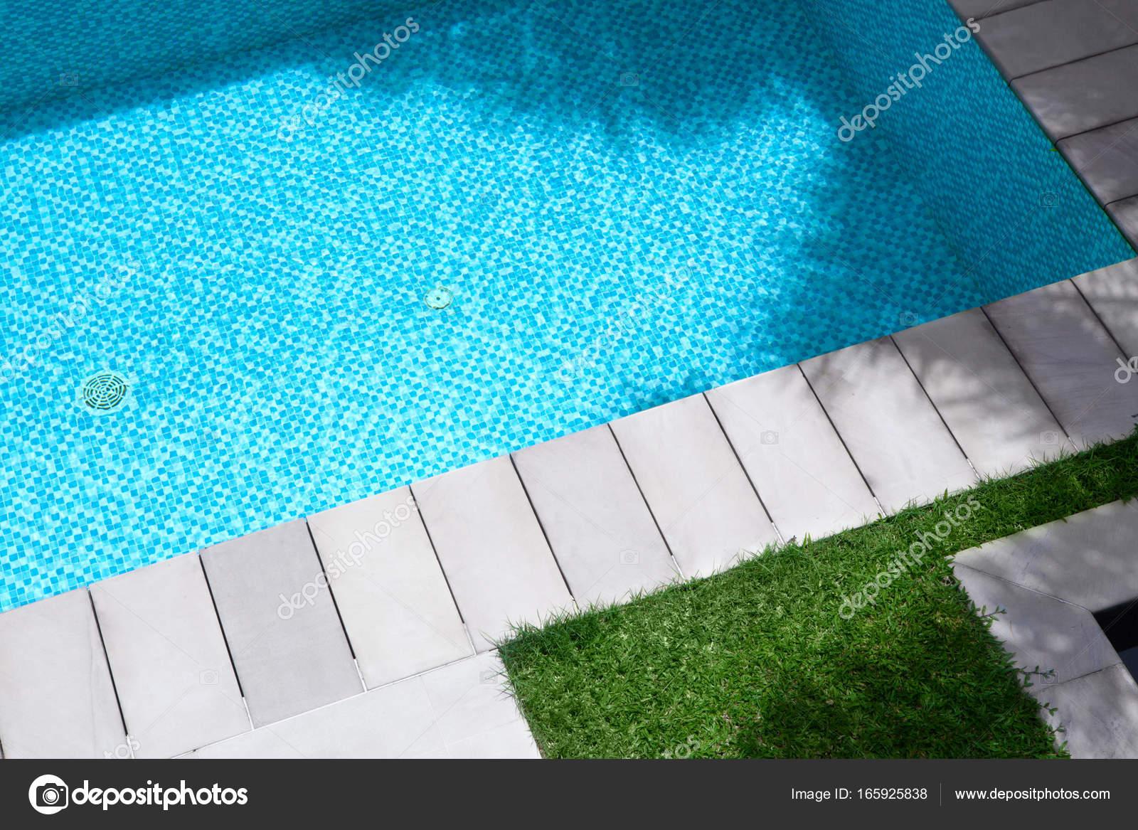 Vista della piscina per l estate con erba e piastrelle intorno