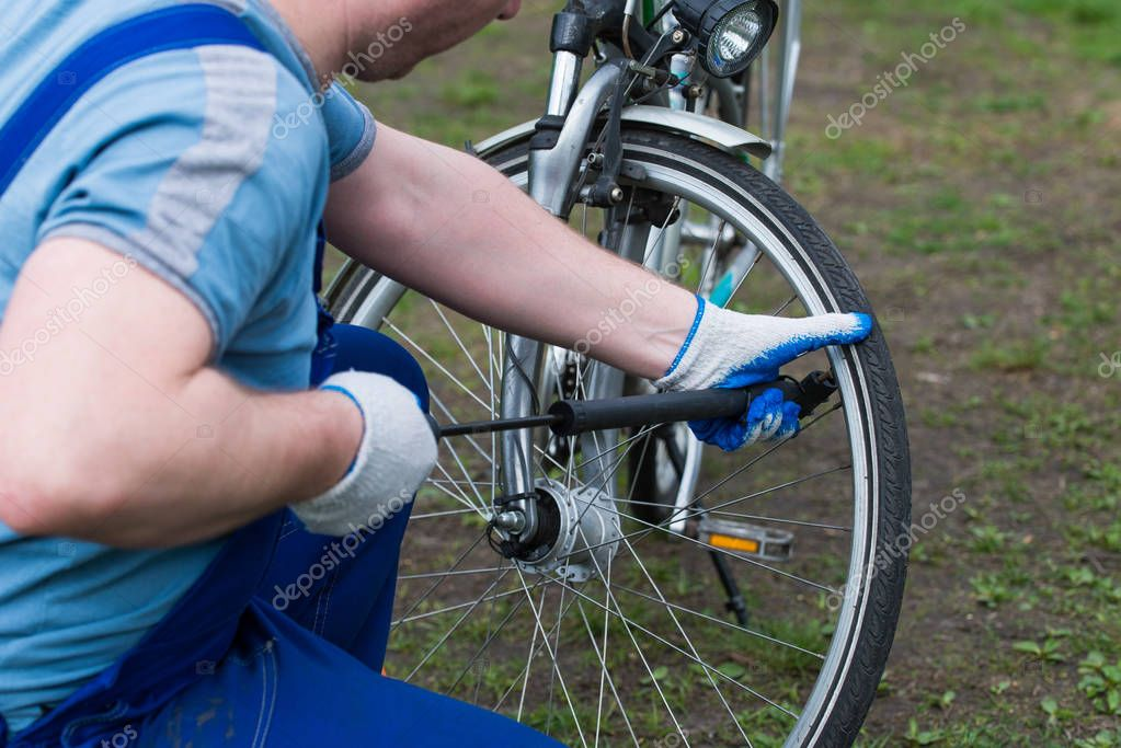Man pumpt Rad Fahrrad — Stockfoto © antos777 #130066298
