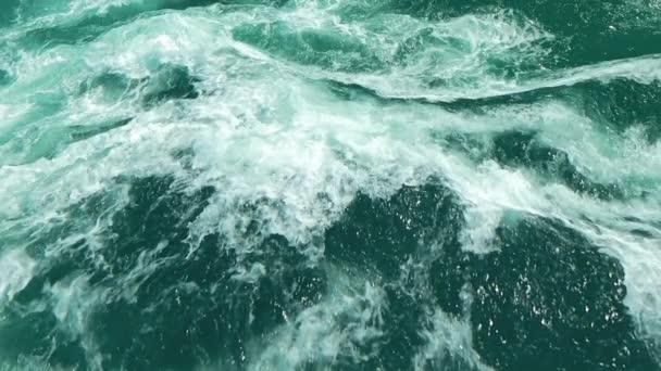 divoké vody oceánu vlny